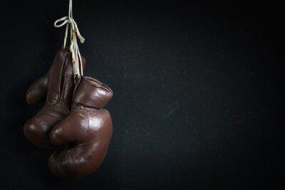 Fototapeta stare używane rękawice bokserskie, wiszące przed Chalk Zarządu