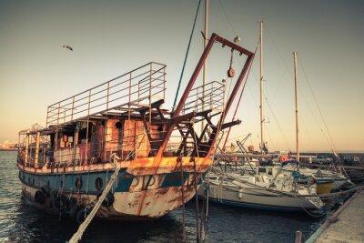 Fototapeta Stare zardzewiałe jachtów i łodzi zacumowanej w Nesebyr
