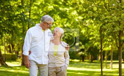 Fototapeta starość, związek i ludzie pojęcie - szczęśliwa starsza para ściska w miasto parku