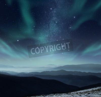 Fototapeta Starry nocne niebo z aurora polaris w górach