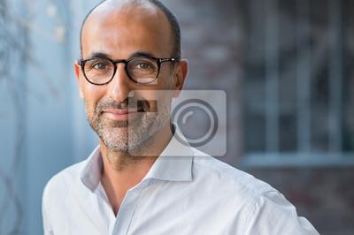 Fototapeta Starsza człowiek mieszanych wyścigu uśmiecha się