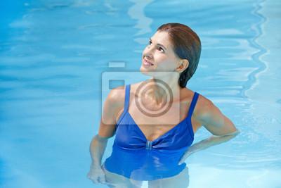 Starsza kobieta w basenie