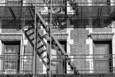 Fototapeta Stary budynek drabina pożarnicza w czerni i bieli