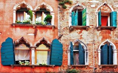 Fototapeta stary ceglany mur z oknami