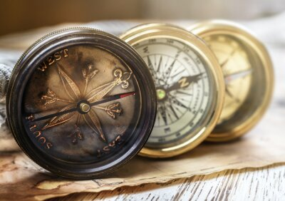 Stary kompas i arkana na rocznik mapie. Retro czerstwy.