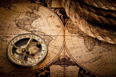 stary kompas i liny na mapie rocznika 1752