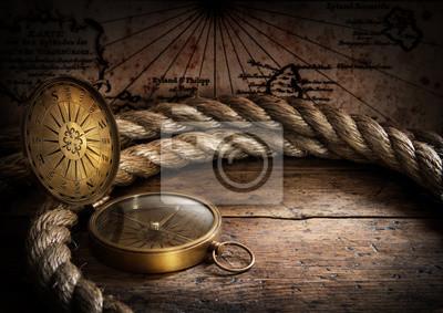 stary kompas i liny na mapie rocznika