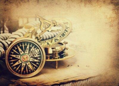 Stary kompas i mapę rocznika. Styl retro.