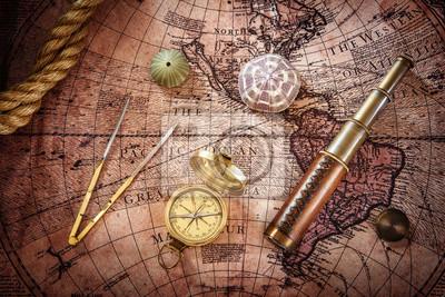 Stary kompas i teleskop na mapie rocznika. Styl retro.