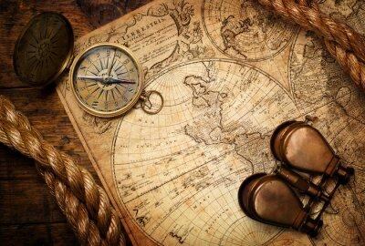 stary kompas, lornetka i liny na mapie rocznika