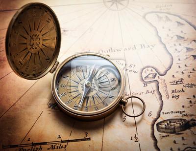 Stary kompas na mapie rocznika. Retro zestarzeć.
