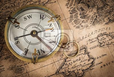 Stary kompas na mapie rocznika. Styl retro.