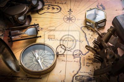 Stary kompas, sekstant na mapie rocznika. Styl retro.