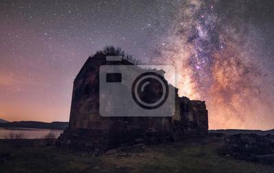 Stary kościół ormiański i galaktyka Drogi Mlecznej. Armenia, Aparan