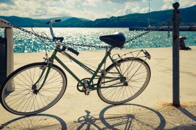 Fototapeta Stary rower stojący w pobliżu morza, we Włoszech. Stonowanych obraz.