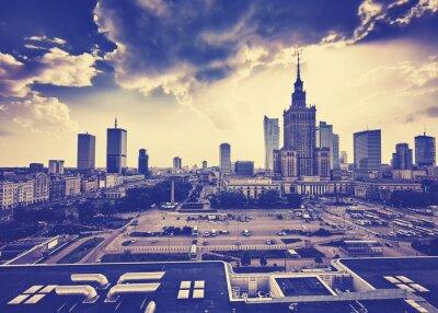 Fototapeta Stary styl ziarniste filmu Warszawa Śródmieście z Pałacu Kultury i Nauki i drapacze chmur o zachodzie słońca, w Polsce.