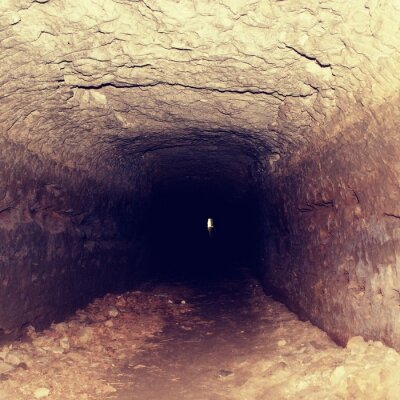 Fototapeta Stary tunel, wilgotne ściany. Suchy Kanał rzeźbione w piaskowca skały