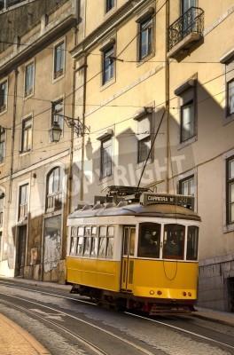Fototapeta Stary żółty tramwaj na ulicach Lizbona, Portugalia