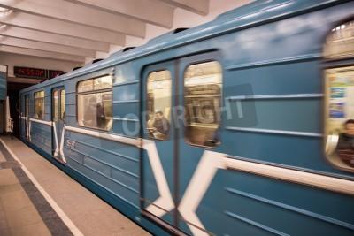 Fototapeta starym stylu metro pojazdu w ruchu tranzytowym