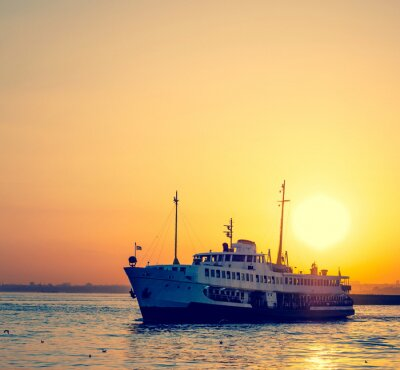 Fototapeta Statek pasażerski o zachodzie słońca.