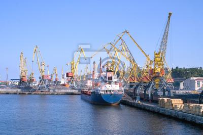 Statek towarowy na stocznie