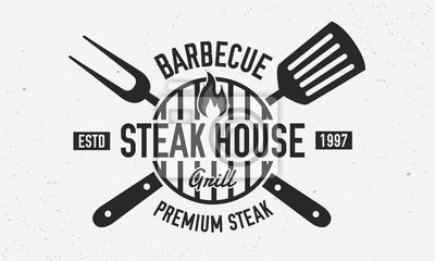 Fototapeta Steak House, logo restauracji z grillem, plakat. Modne logo BBQ z grillem, łopatką i widelcem do grilla. Wektor godło szablon.