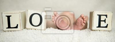 Fototapeta Stopy dziecięce. Malutkie nogi noworodka Koncepcja szczęśliwej rodziny. Piękny koncepcyjny obraz macierzyństwa.