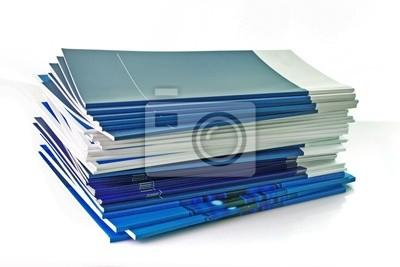 Stos kolorowych magazynów na białym tle
