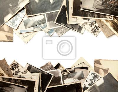 Fototapeta Stos stare zdjęcia na białym tle. Pocztówka popsuta i brudny rocznik