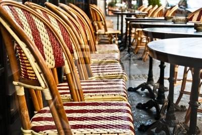 Street View z tarasem Cafe z pustych stołów i krzeseł, paris