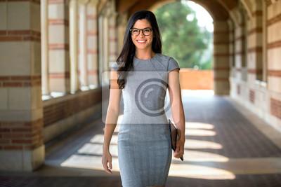 Fototapeta Stylowa piękna kariera zawodowa w nowoczesnym garniturze pewnie idąca do miejsca pracy