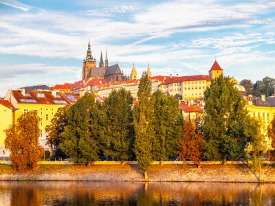 Fototapeta Sunny kolorowe rano w Pradze. Widok Zamku Praskiego z Wełtawy, Czechy.