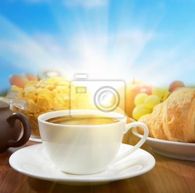 sunny śniadanie z kawą i owocami