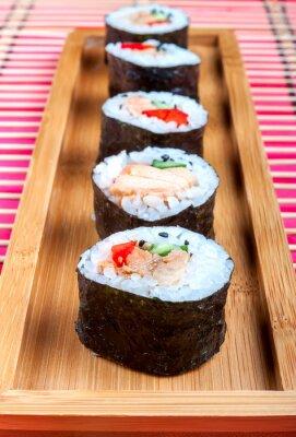Fototapeta Sushi na talerzu i drewniany mata bambusowa
