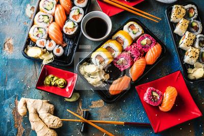 Fototapeta Sushi Set Sashimi und Sushirollen auf serviert Steinschiefer