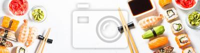 Fototapeta Suszi i suszi rolka ustawiająca na białym tle.