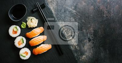 Fototapeta Suszi słuzyć na talerzu na zmroku stole