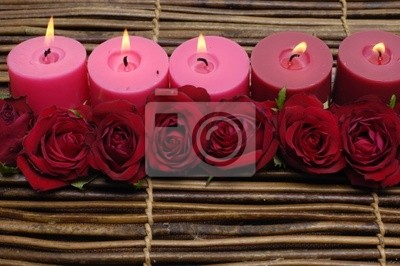 świeca z różą na maty bambusowe