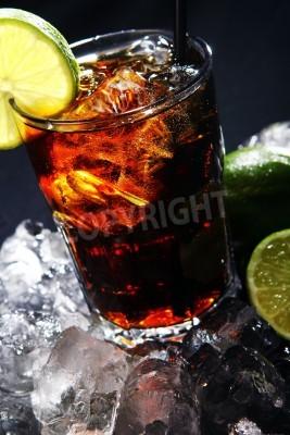Fototapeta Świeże cola drinka z lodu i zielony wapna na czarnym tle