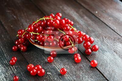 Świeże czerwone porzeczki na jasnym stole rustykalnym. Zdrowe letnie owoce