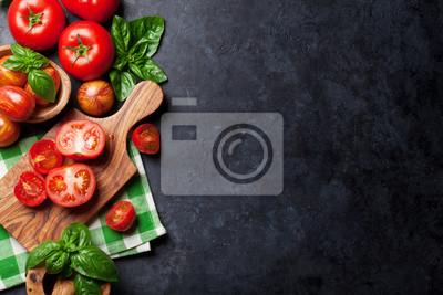 Fototapeta Świeże dojrzałe pomidory ogrodowe i bazylią