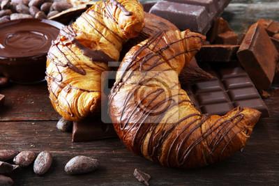 Świeże domowe rogaliki z czekoladą. Koncepcja słodkiej piekarni.