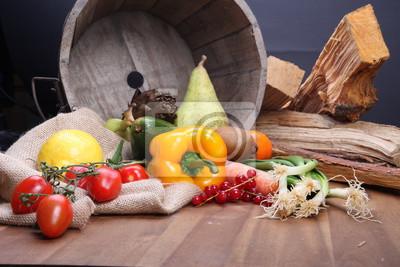 Świeże owoce i warzywa dla zdrowych w drewnianym wiadrze