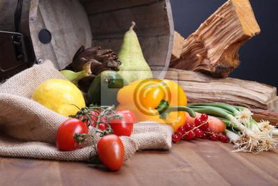 Fototapeta Świeże owoce i warzywa dla zdrowych w drewnianym wiadrze