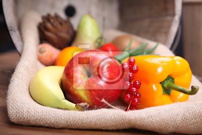 Świeże owoce i warzywa na zdrowe w drewnianym wiaderku