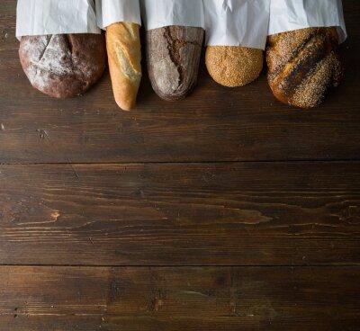Fototapeta Świeże pieczywo na drewnianym stole