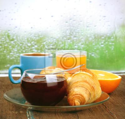 świeże śniadanie w deszczowy poranek
