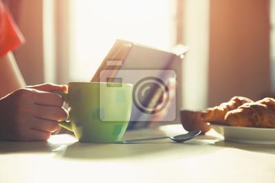 świeże śniadanie z gorącą kawą i czytanie książki w porannej sunl