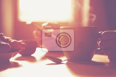 świeże śniadanie z gorącą kawą i przeglądania smartphone w Morni