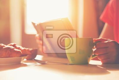 świeże śniadanie z gorącej kawy i czytanie książki w rano sunl